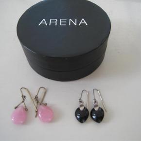 """Varetype: øreringe Størrelse: one size Farve: se billede Oprindelig købspris: 1100 kr.  To par øreringe sælges. Dem med lyserød sten er forgyldte og """"god men brugt"""". De sorte fremstår """"næsten som ny""""."""