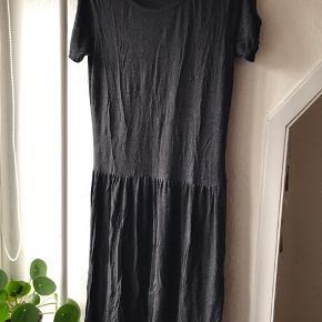 Super behagelig kjole i det blødeste Jersey stof. Str S, men passer M, da den er loose fit