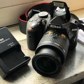 Super lækkert kamera, som kun er brugt meget sparsomt. Med Nikkor 18-55mm linse. Med originale æsker, kvittering og manualer.  Sendes ikke. Kan afhentes i Vanløse. Indfang livets vigtigste øjeblikke med Nikon D3300. Dette lille og lette, men kraftige DSLR-kamera med 24,2 megapixel er nemt at have med overalt og utrolig let at betjene. Den ideelle vej til uforglemmelige billeder og flotte videoer i HD-kvalitet. Den store billedsensor indfanger selv de mindste detaljer med imponerende skarphed, og den imponerende ydeevne under dårlige lysforhold (op til ISO 12.800) gør det muligt at tage krystalklare billeder i mørke omgivelser. Hvis DSLR-fotografering er nyt for dig, eller hvis du bare gerne vil hjælpes lidt på vej, kan du glæde dig over den trinvise hjælp i Guide-indstilling https://store.nikon.dk/d3300-+-af-p-dx-18-55-vr-+-af-s-dx-55-200-vr-ii/VBA390K009/details#specificationstab
