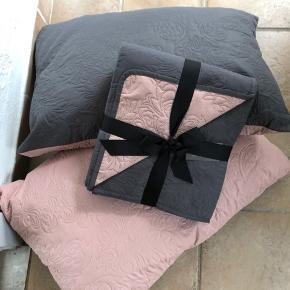 Sengetæppe 260x220 cm  Lyserød / grå  Og 2 nye puder også i lyserød / grå   Sælges samlet til prisen