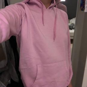 Sælger denne fine, lyserøde hoodie fra Sisters Point. Str L men den fitter småt.