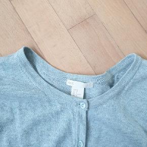Den fineste cardigan med fine sarte perlemorsknapper. 100% bomuld. Desværre købt for lille. Jeg bytter ikke.