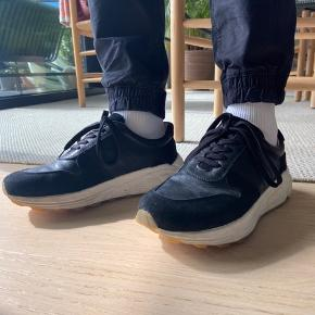 Herre sneakers fra Garment Project. Sælger dem for min kæreste, da de er for små til ham. De er en str. 41, men passer en lille str. 42