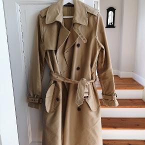 Frakken er brugt en enkelt gang. Jeg har sat den til en størrelse M (38), men størrelsen der står angivet i frakken er 12. Den er købt for lille😩