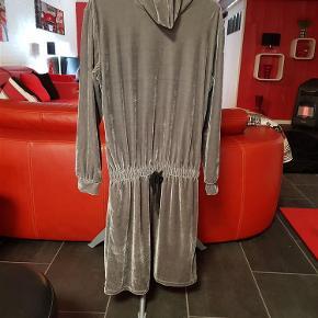 3592b5ac4fba Flot velour kjole fra nü by staff