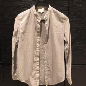 """Lækker skjorte bluse fra Phillip Lim.  Hvid silke""""tittekant"""" ved ærmer, krave og ved lukning ned foran. Fint og feminint.  Angivet som str 2 - svarende til Str S / Str 36 - 38"""