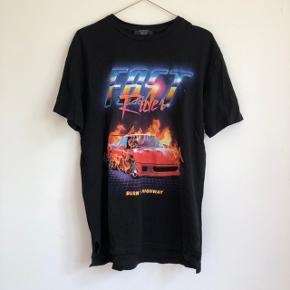 ⚡️ Sej unisex t-shirt med print ⚡️ Brugt få gange og fremstår derfor som ny, med intakt print foran