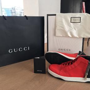 Står du og mangler den perfekte gave? Eller bare nogle nye sko?Ønsker du dig nogle unikke sko, ønsker din modedreng dig nogle eller kender du måske en der gør? Så er du det helt rigtige sted!  Gucci Sneakers str. 43! (Fitter str. 45). Købt i Gucci Store i Italien sidste sommer. De sælges da de står og ser super smukke ud og ikke bliver brugt!  Cond: 8.5/9 Bin: 2999  Nypris i Gucci butik 450 Euro. Alt der medfulgte ved køb, medfølger ved salg.   Interesse? Så smid et bud, det skader ikke!
