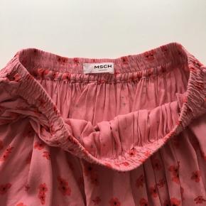 Blomstret nederdel - lyserød med røde blomster  Brugt, men fin  Bånd i hver side i livet  Størrelsen er Small