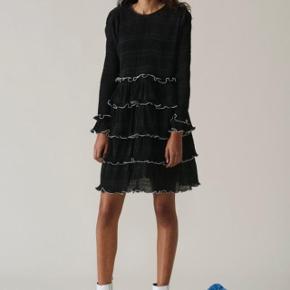 Sælger denne fine Ganni Lowell-dress, da jeg desværre ikke får den brugt nok. Den er brugt nogle gange, men har ikke mærker efter det.