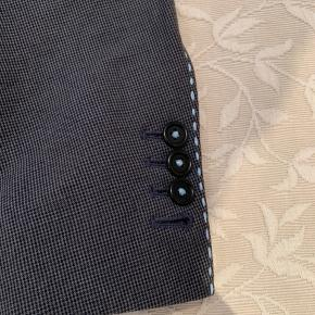 """""""Hand customized"""" blazer fra Holland Esquire - mere behøves vist ikke at siges. Holland Esquire håndplukker de fineste stoffer at fokuserer på kvalitet frem for masseproduktion. Kombineret med en række detaljer bliver du med denne blazer bliver du en del af en eksklusiv klub!  Ny pris: 4000kr"""