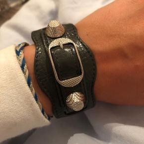 Sælger mit fine og elskede balenciaga armbånd. Det er godt som nyt og er næsten aldrig blevet gået med, derfor synes jeg at det fortjener et nyt håndled at blive båret rundt af. Kom med bud. Cond 10/10. Farven er grålig/sort.