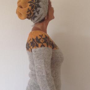 Sarah Lund sæt - sweater og hue - i dejlige farver. Håndstrikket i ren islandsk uld. Sweateren her er vist i farverne lys grå, mørk grå og gulorange, men der er er frit farvevalg. Se farvekort og angiv evt. andre ønskede farver.  Strikkes på bestilling i størrelse: S - M - L  Passer en brystvidde på: 83 - 92 - 102 cm  Hue størrelse: onesize