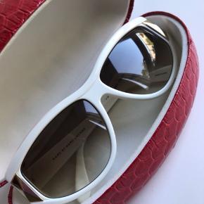 Super fede solbriller fra MJ. Som nye men dog med små misfarvninger som ikke ses når de er på, deraf prisen. Nypris 3000,- Se billeder.
