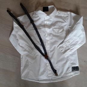 Brand: pomp de lux Varetype: Skjorte + seler Størrelse: 5-6 år Farve: Hvid  Brugt et par gange. Seler er fra h&m.