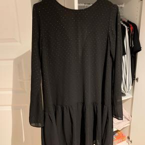 """Fin og sød kjole med små """"sten"""". Den passer en s/xs. Spændes med lynlås i nakken."""