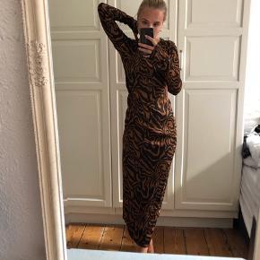 Rabens saloner ubrugt kjole fra sidste år. Lækkert silkeagtigt materiale og skjult lynlås i ryggen - har også denne i top. Nypris var ca. 1.900kr. Kan sendes for 33 kr med Dao eller hentes på Nørreport :)