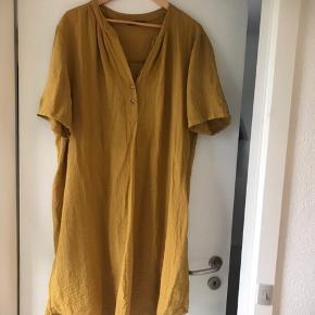 New Wear skjorte tunika. Falder rigtig flot.  Bryst 2x65 cm  Længde 105 cm Brugt 2 gange.  Pris 150 kr. incl. forsendelse med DAO