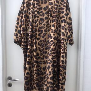 Satin look kimono i dyrprint fra DNY   Kun brugt 2 gange så den er som ny