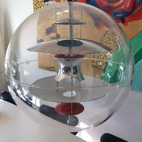 Flotte loftslamper globen fra VP. Den ene har desværre en lille skade, som kan ses på en af billederne. Dog ikke noget man bemærker i virkeligheden. Kommer fra pænt røgfrit hjem 👌🏻