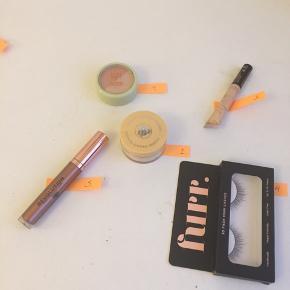 """Her sælges helt ny og ubrugt make-up.  Priser: 30 kr pr stk, eller køb alle 5 produkter samler for 100 kr (plus porto med DAO). Priserne er faste og jeg handler kun via ts handel.   Check selv produkter og farver på nettet!  1) Pixi beauty blush duo i farve """"peach honey"""" 2) Banana setting powder 3) LA Splash flydende creme øjenskygge i farven """"opulent"""" 4) Furr eyelashes model """"Gala"""" 5) Revolution lipgloss """"Copper"""""""