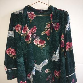 Slå om bluse fra Zara. Sælges da den er for lille.