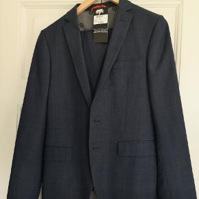 Det flotteste jakkesæt ever med smalle ben. Flot mørkeblå jakkesæt i det lækreste stof. Dyrt fra nyt.😍 Brugt til konfirmation og bryllup 1 x. Desværre voksede sønnen ud af det. 😣 Som nyt. Virkelig et kup!😀 Hvid skjorte i S kan følge med gratis😀😀