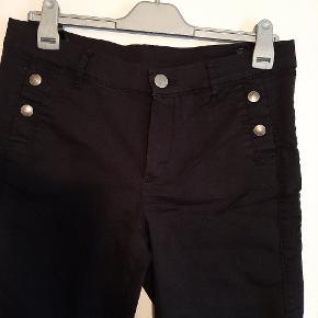 Lærke bukser der sidder perfekt i str 42. Brugt nogle gange men fejler intet  og indvendig benlængde er 72 cm. Bemærk lynlåse forneden i benene.
