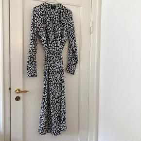 Flot slå-om kjole fra Monki. 100% polyester