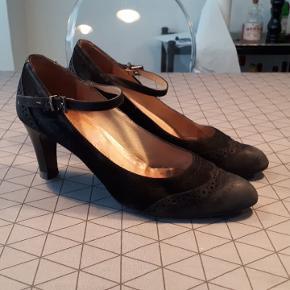Sorte højhælede sko fra Peter Kaiser. Hælhøjde 7 cm. Brugt og det ses mest på snuden. Sål og hæl er i fin stand. Str 39 / 6. Indvendig mål er 25,5 cm, så foden skal være lidt mindre end det. Porto 37kr