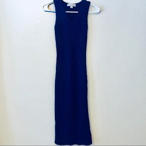 Lang, blå strikkjole fra Michael Kors  Nypris: 1050,- Stand: Som ny (brugt få gange)  Prisen er ikke fast :)