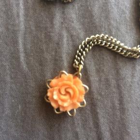 Flot vintage halskæde med orange blomstervedhæng.