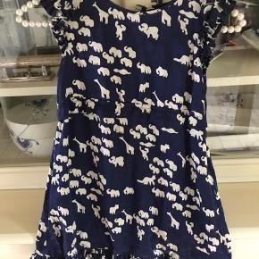 Så fin kjole fra little Marc Jacobs i 100%silke. Mørkeblå med dyr på. Har flæser for neden og ved ærmer. Lynes i siden.