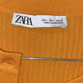 Det er en cropped cardigan, i en str large. Men fitter mellem small og medium.