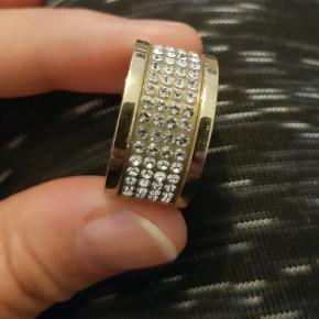 Varetype: Guldring Størrelse: 57 Farve: Guld Oprindelig købspris: 749 kr.  Emily guldring fra Dyrberg/Kern. Brugt få gange og har kun et par ridser på bagsiden.  Str 3 = 57  Nypris var 749 kr.