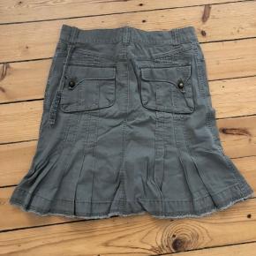 Diesel nederdel med fine detaljer.  Str 28.   Kan sendes eller afhentes i Rødovre.