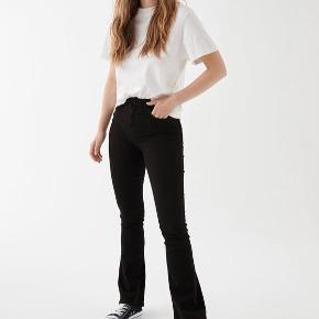 Sælger mine trompet bukser (Jeans) fra gina tricot   Fejler ingenting & næsten aldrig brugt🤍  Købt for 379kr  Sælges for 200kr