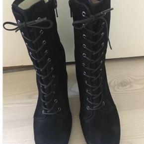 Super fede ruskind Ankelstøvler med snørrer fra gardenia sælges. De er helt nye og aldrig brugt  Virkelig god pasform og skøn kvalitet.  Lynlås på indersiden  Har str 37-39-40 Nypris 1800