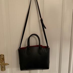 Elegant ZARA taske med to slags forskellige hanke. En kort hank og en lang hank, som kan tages af   Tasken er brugt 2 gange max og har ellers bare hængt på et stativ.   Pris: 150kr - bud er også velkomne