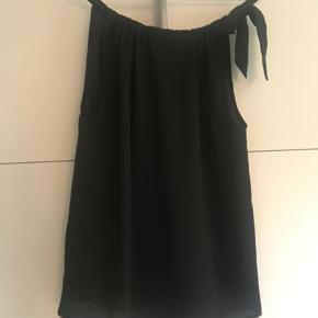 Neo Noir top med bindebånd, str. xs.  Aldrig brugt.  Ingen bytte. Porto kommer oveni.  #30dayssellout
