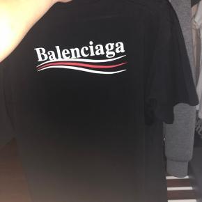 Jeg sælger min Balenciaga tee, da jeg ikke kan bruge den. Den fitter forholdsvis en person 175-180, og hvis man kender mærket ved man, at den er oversize. Alt OG