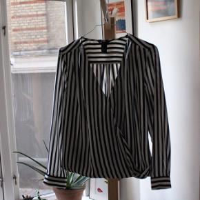 Rigtig fin skjorte fra H&M, med slå om detalje (dette er en fast del af skjorten, som er hæftet i bunden af skjorten)  🌻  Kan hentes i København eller sendes mod køber betaler fragt  🌻   Jeg har ryddet op i mit skab og har derfor sat en del til salg