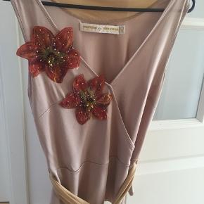 Flot silke top. Str s/M. Der står medium, men synes den er lidt lille. Den er brugt til galla sammen med en lang nederdel.