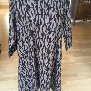 Fin kjole i sort/grå mønstre. Ren bomuld i et fast stykke stof.
