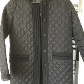 Sort vatteret forårs frakke. Lækker let kvalitet.
