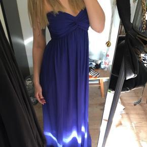 Gulvlang mørkeblå stropløs kjole fra Nelly Trend i størrelse Small. Kjolen er brugt to gange.