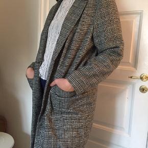 Ternet frakke/blazer. Sort og grå/hvid. Store lommer. En knap foran som lukning.   Efterårsjakke, forårsjakke Efterårsfrakke, forårsfrakke