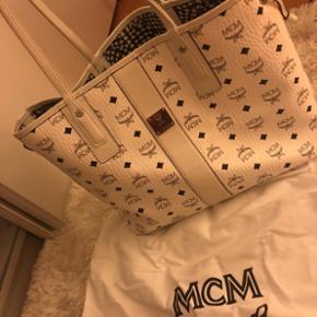 sehr schöne MCM tasche, auf beiden seiten tragbar und wendbar, vor 2-3monaten gekauft und selten getragen, bequem, gross, grösse medium, neupreis 725.-