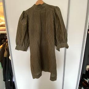 Bytter ikke - kjolen er som ny og kun brugt få gange.