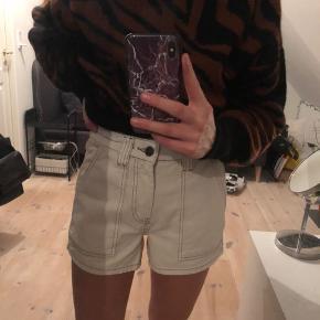 Hvide shorts fra Urban outfitters, aldrig brugt, str s, bud starter fra 50 kr.